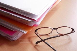 室内,テーブル,机,書類,紙,日中,ファイル,メガネ,資料,データ