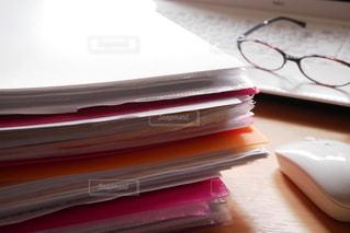 室内,テーブル,机,パソコン,書類,紙,日中,マウス,ファイル,メガネ,資料,データ