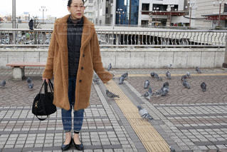 女性,1人,ファッション,鳥,靴,黒,コート,バック,人物,人,寒い,歩道,鳩,コーディネート,コーデ,デニム,茶,ブラック,メガネ,まとめ髪,40代,アウター,黒コーデ