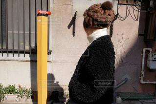 女性,1人,ファッション,後ろ姿,黒,人物,ニット帽,コーディネート,コーデ,ニット,ブラック,アウター,黒コーデ