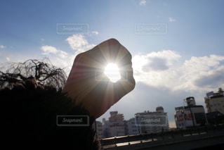 風景,空,屋外,太陽,手,光,樹木,高層ビル,太陽光,日中,まる,クラウド