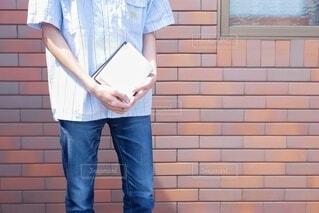 風景,屋外,ジーンズ,本,男子,レンガ,手持ち,人物,人,立つ,シャツ,ポートレート,デニム,ライフスタイル,手元,ズボン,持つ,ポケット