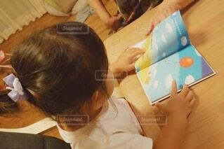 ばぁばと読書の秋の写真・画像素材[3704727]