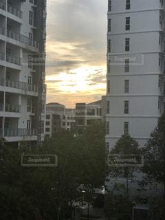 背景の高層ビル街の景色の写真・画像素材[1879859]