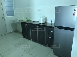 部屋に座っている白い冷蔵庫冷凍庫の写真・画像素材[1884586]