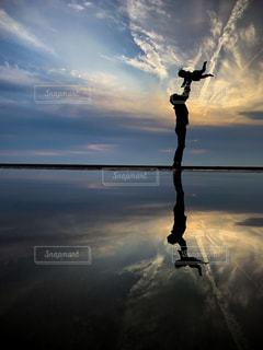 水の体に沈む夕日の写真・画像素材[1885460]