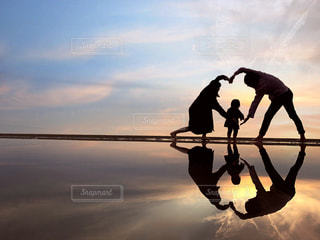夕焼けの中の家族写真*の写真・画像素材[2267700]