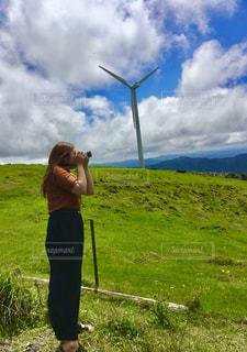女性,空,夏,カメラ女子,屋外,緑,草原,雲,青空,女子,洋服,旅行,夏空,夏服,四国カルスト,横姿,半袖