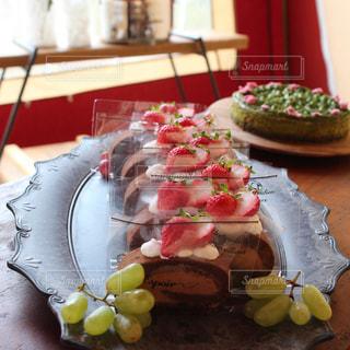 チョコロールケーキと抹茶チーズケーキの写真・画像素材[1955635]
