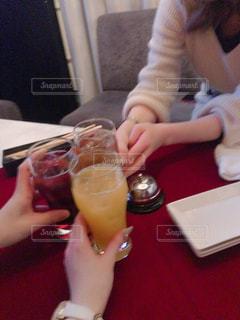 お酒,グラス,乾杯,ドリンク,女子会,ありがとう,おめでとう,バースデー,手元,誕生日会