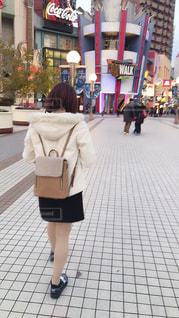 女性,冬,大阪,後ろ姿,女の子,背中,テーマパーク,ミニスカート,赤髪