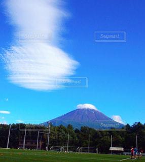 山を背景にした大きな緑の野原の写真・画像素材[2418192]