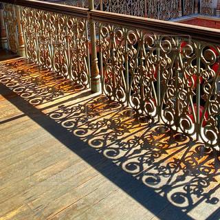 歩道に沿ったベンチの列の写真・画像素材[3106717]