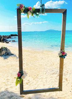 水の体の近くのビーチで傘を閉じるの写真・画像素材[3458276]