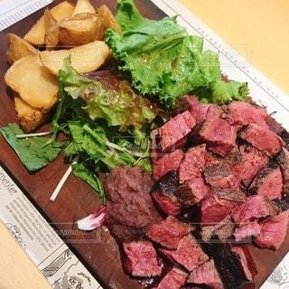 食卓の上の食べ物の写真・画像素材[3520921]