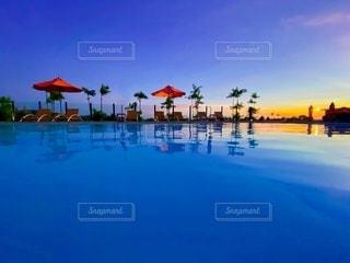 水の体に沈む夕日の写真・画像素材[3552664]