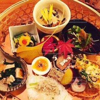 食べ物の皿をテーブルの上に置くの写真・画像素材[3709335]