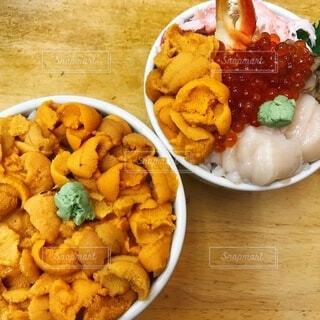食べ物の皿をテーブルの上に置くの写真・画像素材[3846421]