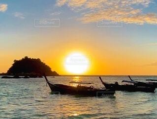 風景,海,空,屋外,海外,朝日,ビーチ,ボート,船,水面,旅行,旅,正月,お正月,日の出,海外旅行,新年,初日の出,水上バイク