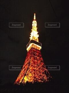 夜に東京タワーを背景にライトアップされた時計塔の写真・画像素材[4066352]