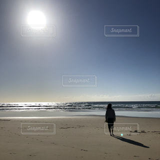 海,空,砂,ビーチ,後ろ姿,人物,背中,人,後姿,日中