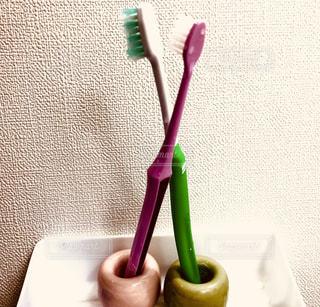 歯ブラシがテーブルの上に座っているの写真・画像素材[2444448]