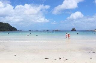 エメラルドグリーンのビーチの写真・画像素材[4680105]