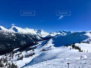 雪に覆われた山の上に立って人々 のグループの写真・画像素材[1025006]