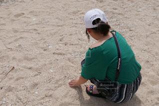 砂の中に立っている小さな男の子の写真・画像素材[2100898]