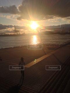 水の体に沈む夕日の写真・画像素材[1897477]