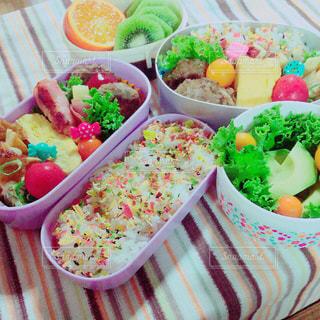 テーブルの上に様々な種類の食物を詰めたプラスチックの容器の写真・画像素材[2121802]