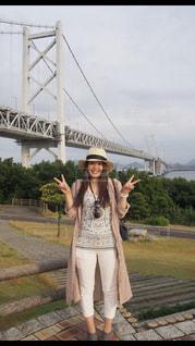 橋の前でピースの写真・画像素材[2018454]