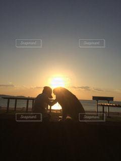犬,海,夕日,太陽,ビーチ,夕暮れ,ペット,わんこ,浜辺,ゴールデン ・ リトリーバー,犬と息子