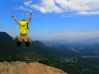 自然,アウトドア,空,絶景,太陽,後ろ姿,ジャンプ,山,登山,人物,背中,人,後姿,山頂,休日,四季,リフレッシュ,jump
