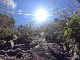 岩の上に立っている男の写真・画像素材[2877951]