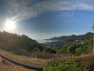 自然,風景,空,太陽,晴れ,晴天,島,山,光,新緑,日中,島の風景