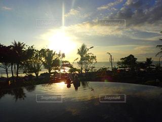 親子と夕日の写真・画像素材[2877936]
