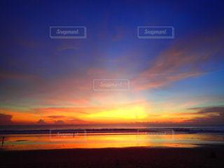 水域に沈む夕日の写真・画像素材[2877947]