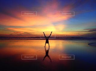 自然,風景,空,絶景,太陽,ビーチ,夕焼け,夕暮れ,水面,影,反射,光,逆立ち,日の出,鏡張り,クラウド