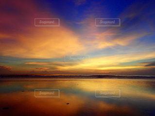 水域に沈む夕日の写真・画像素材[2877944]