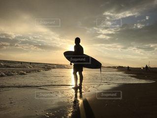 男性,家族,自然,海,夕日,屋外,太陽,サーフィン,ビーチ,砂浜,夕焼け,海岸