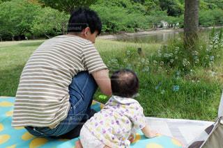 子ども,家族,風景,公園,後ろ姿,草,ピクニック,人物,背中,人,後姿,赤ちゃん,ベビー,なかよし,しゃぼん玉