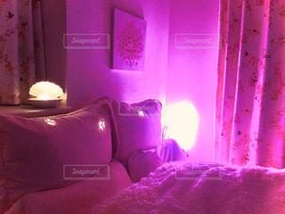 紫色の光が付くダブルベッドの写真・画像素材[2929677]