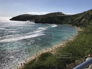 山を背景にした水域の写真・画像素材[2379002]