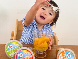 フルーツを食べる様子の写真・画像素材[4797818]