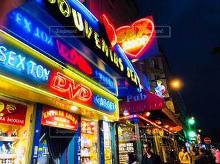 夜の店のフロントの写真・画像素材[2179325]