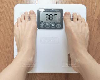 ダイエット後の体重測定の写真・画像素材[2278846]
