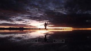 ウユニ塩湖の夜明けの写真・画像素材[2012055]