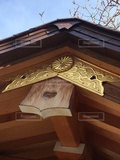 建物の側面にマウントされた大時計の写真・画像素材[1116165]