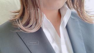 白いシャツを着ている女性の写真・画像素材[1918971]